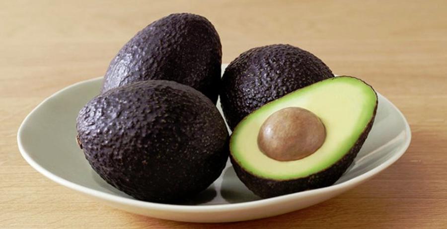 Coaja de avocado poate fi contaminata – de ce e important sa speli fructul inainte de consum